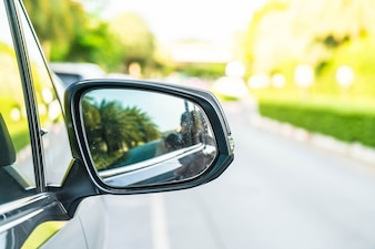 Espelho retrovisor lateral em um carro moderno