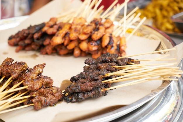 espetinho de carne com farofa