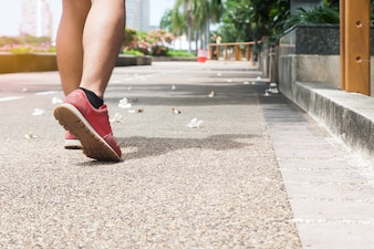 Esporte, homem andante no parque, conceito de estilo de vida saudável