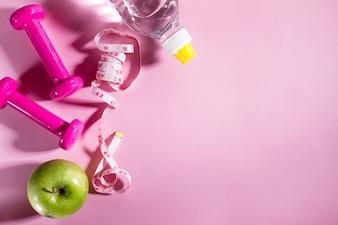 Esporte plano plano, conceito, equipamento de vida saudável, em fundo rosa brilhante. Closeup com espaço de cópia.