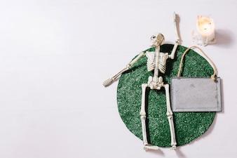 Esqueleto deitado na esteira de mesa