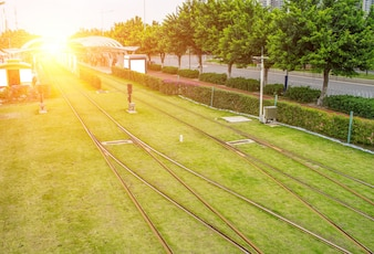 Estação de bonde na luz solar