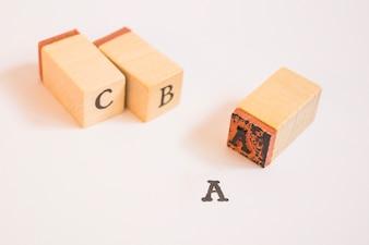Estampares em letras de madeira