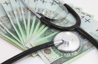 Estetoscópio e dinheiro polonês
