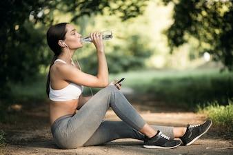 Estilo de vida física jovem com estilo de vida feminino