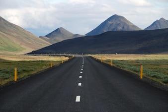 Estrada através bela paisagem