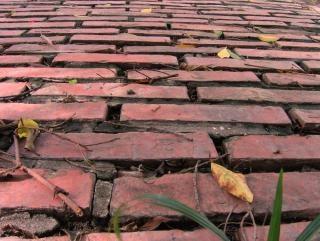 estrada de tijolos vermelhos velhos