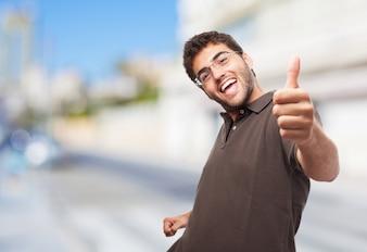 Estudante alegre dá o polegar acima