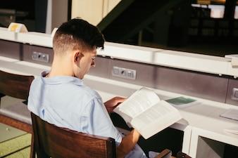 Estudante da faculdade estudando