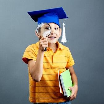Estudante de sorriso que joga com sua lupa
