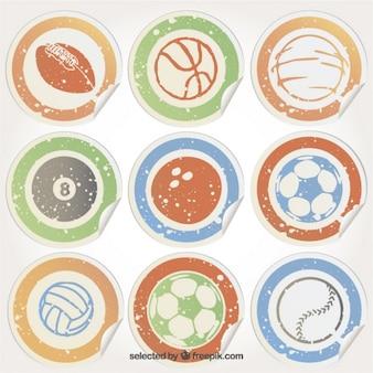 Etiquetas sujas com esferas do esporte