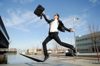 Executivo bem sucedido salta ao ar livre
