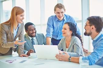 Executivos brincando e rindo no escritório