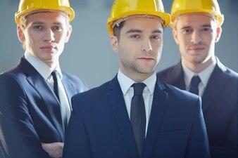 Executivos com capacete de segurança