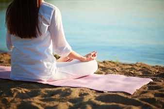 exercícios de ioga mulher fazendo Jovens