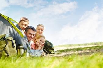 Família camping alegre no parque