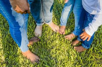 Família com os pés descalços no jardim
