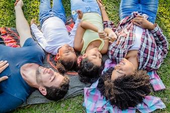 Família deitada no chão