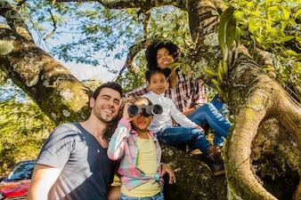 Família em frente a uma árvore