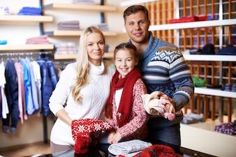 Família que compra roupas em uma loja