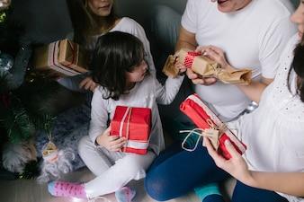 Família que desembala presentes