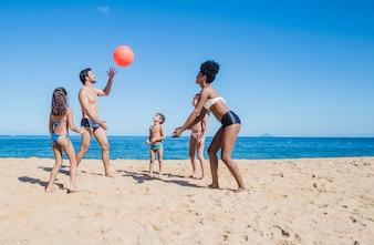 Família se divertindo com uma bola