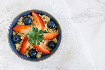 Fatias de morango com cereais e blueberries