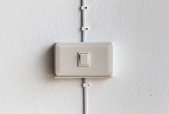 Fechamento do interruptor de iluminação em fundo concreto