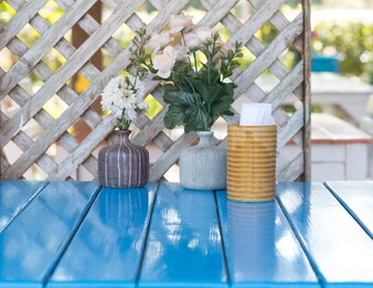 Feche acima da mesa de jantar azul ajustada na praça de alimentação