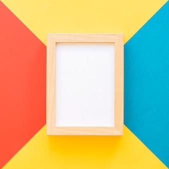 Feche acima do quadro em fundo geométrico