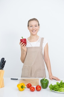 Feliz dona de casa comendo alimentos saborosos e saudáveis