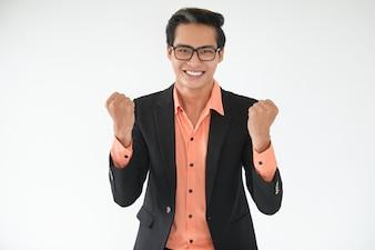 Feliz jovem empresário mostrando um gesto vencedor