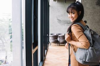 Feliz menina segurando mochila