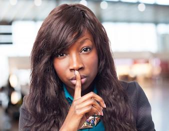 Feliz preto mulher que faz o sinal do silêncio