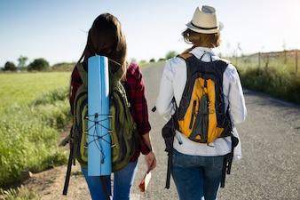 Feminino liberdade caminhadas luz solar turista