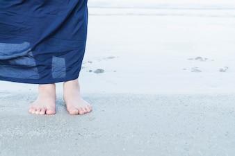 Feriados de férias. Close-up de mulher de menina relaxante na praia