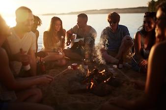 Férias de praia jovens amizade
