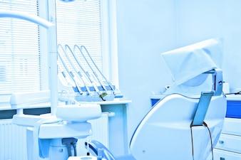 Ferramentas profissionais de dentista no consultório odontológico.