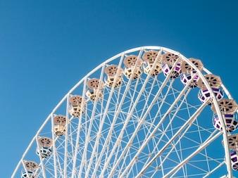 Ferris Wheel e céu azul