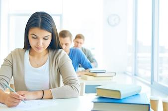 Fila de estudantes fazendo um exame
