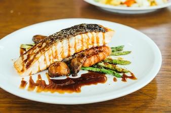 Filé de filé de carne de salmão grelhado com vegetais