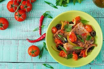 Filé de pescada frita com tomate e azeitonas no estilo mediterrâneo