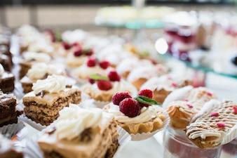 Fileiras de bolos e bolinhos