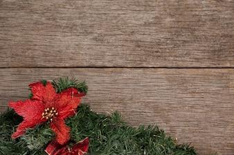 Filial de uma árvore de Natal com um flowwer vermelho