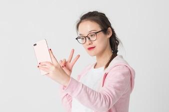 Filmado no estúdio de jovens asiáticas no uso da empresa de telefonia móvel