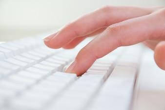 Fim, cima, mãos, digitando, teclado, local de trabalho