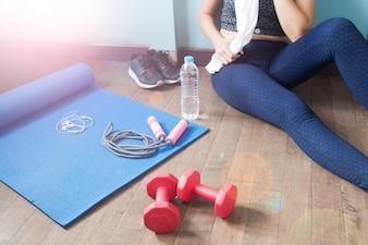 Fitness feminino relaxante após o treino, Sport e conceito saudável