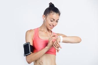 Fitness girl verificando o progresso do treino no relógio inteligente