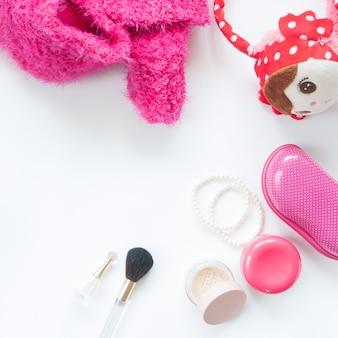 Flat lay of essentials de mulher coleção rosa isolado no fundo branco
