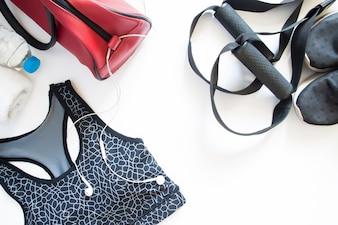 Flat lay of sport sutiã, sneaker, toalha e garrafa de água, equipamentos esportivos, fitness, top view